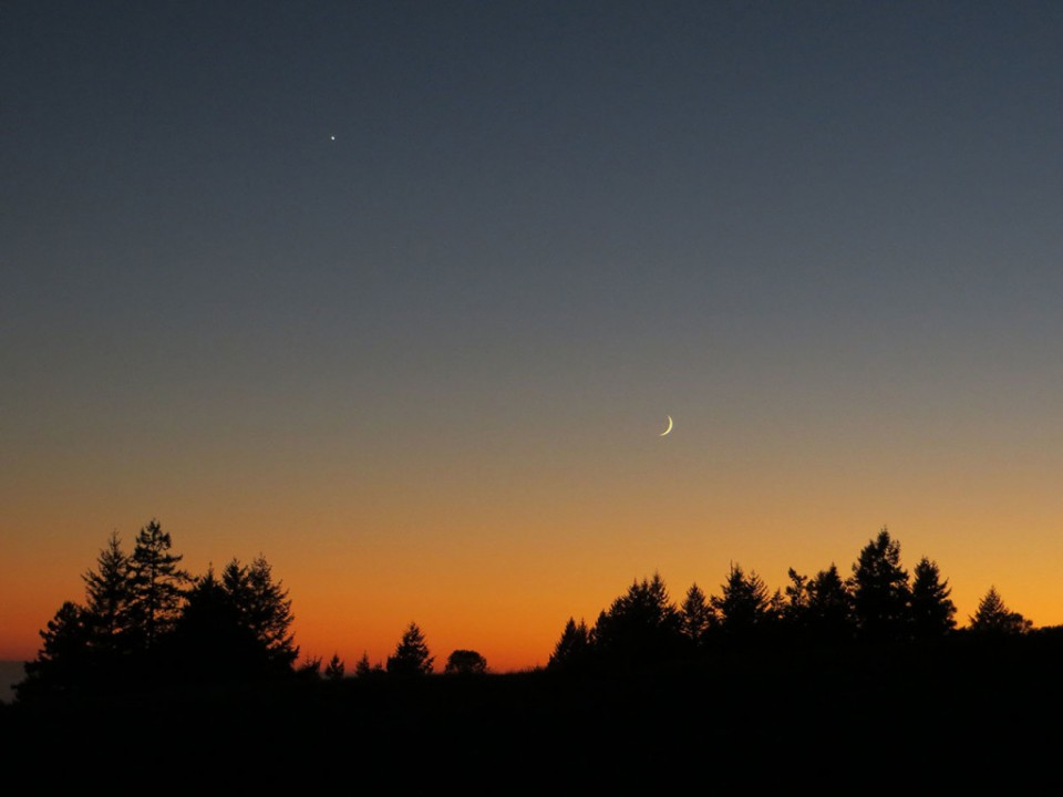 crescent-moon-and-venus-darker-sky